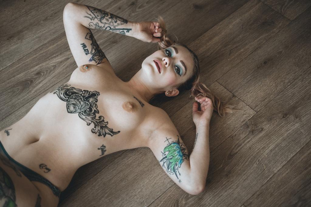 Axelle, nue et tatouée